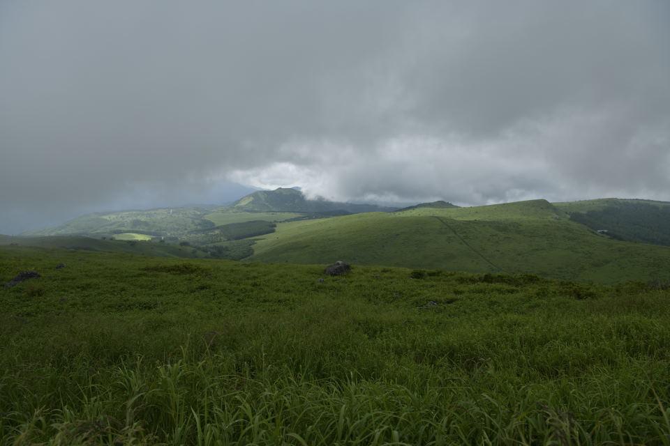 車山山頂から八島湿原を望む