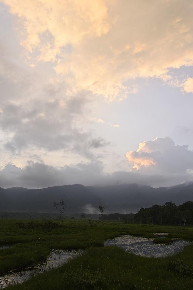上空の雲が染まる